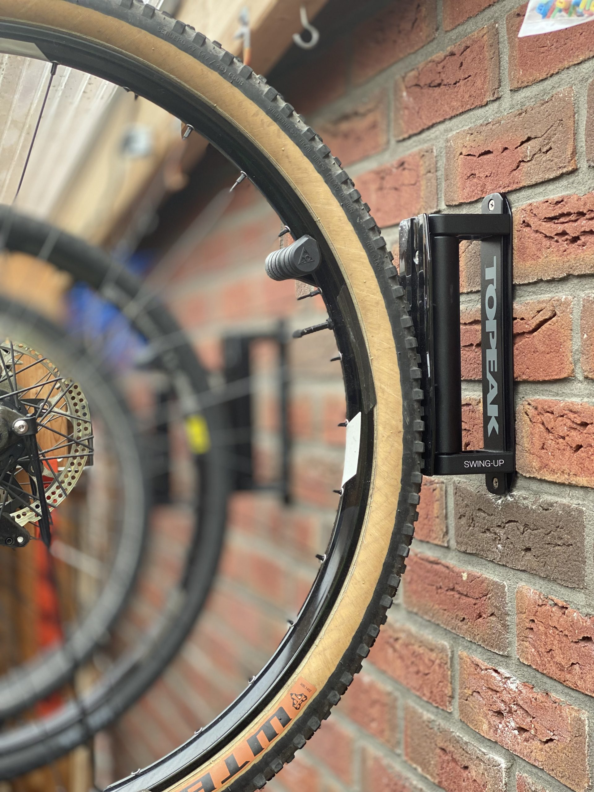 Mehrere Fahrräder platzsparend an der Wand montieren