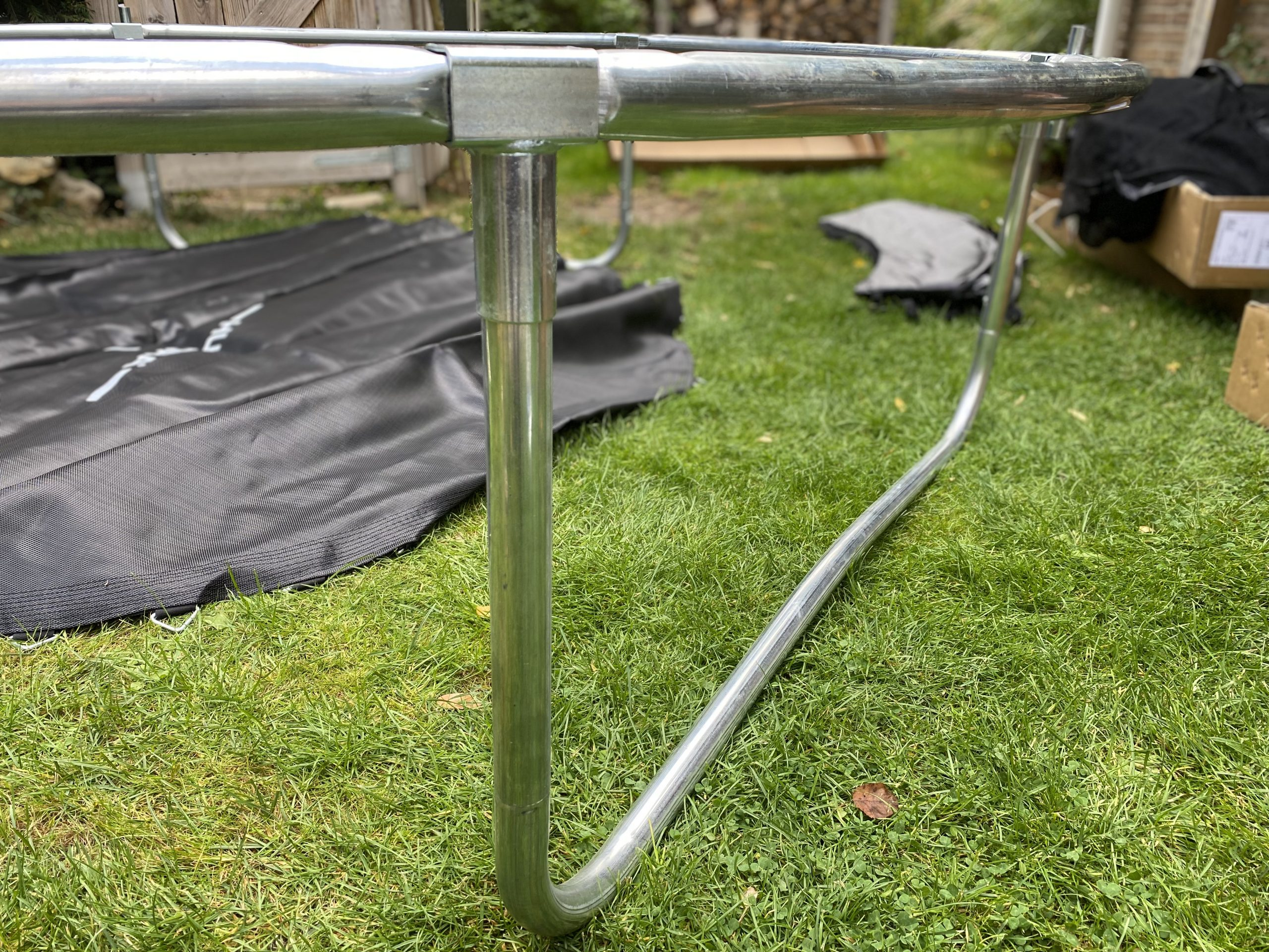 Hudora Trampolin Aufbau mit sechs Beinen